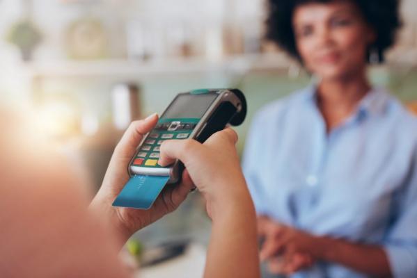 Você sabia que é possível parcelar no cartão de débito? (foto: internet)